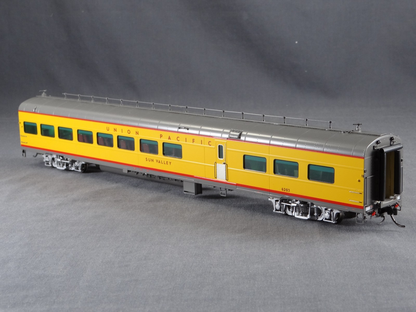 Overland 3428.1 - UP Modern Executive Lounge Car 'Sun Valley'.11