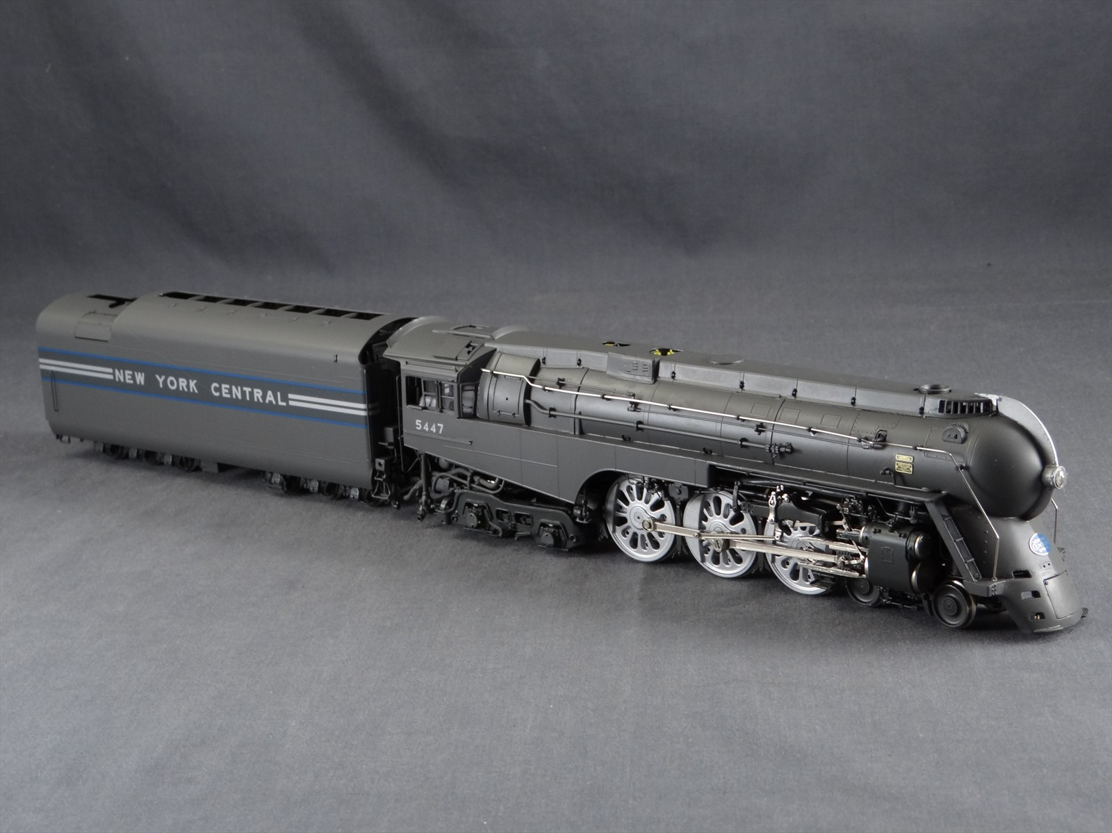 PSC 18244-1 - NYC, 1938 fully streamlined, Boxpok drivers, friction bearing rods, 13.000 g. 28-ton tender, dark gray w.wide silver & blue stripes on tender.01