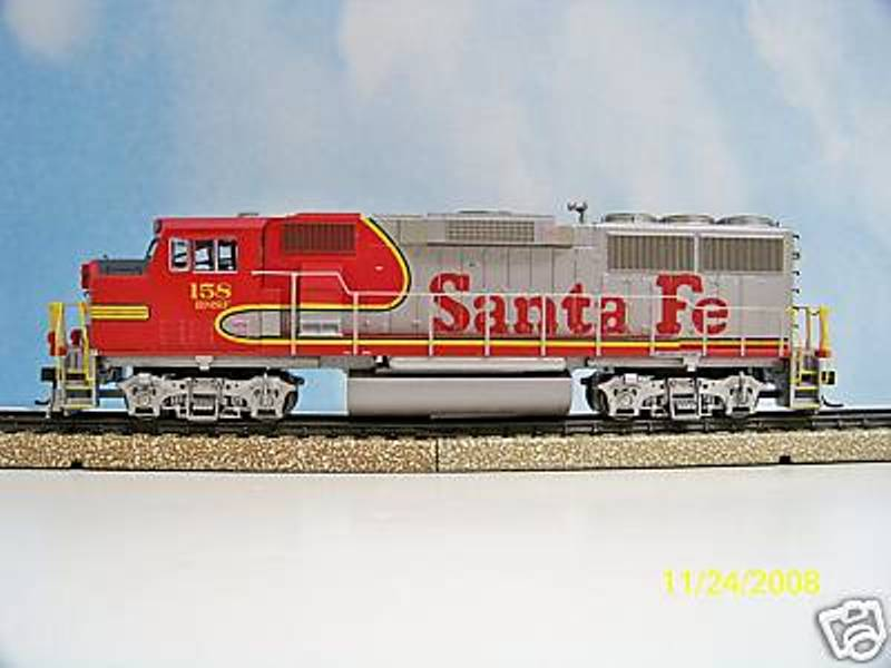 Athearn 91513 - GP60M, BNSF-SANTA FE, CAB-unit, red-silver Warbonnet, BNSF PATCH under window.1