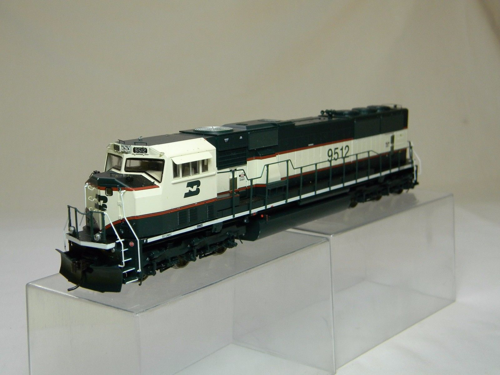 Athearn Genesis 6421 - SD70MAC, Phase III, BN-Executive, No.9512