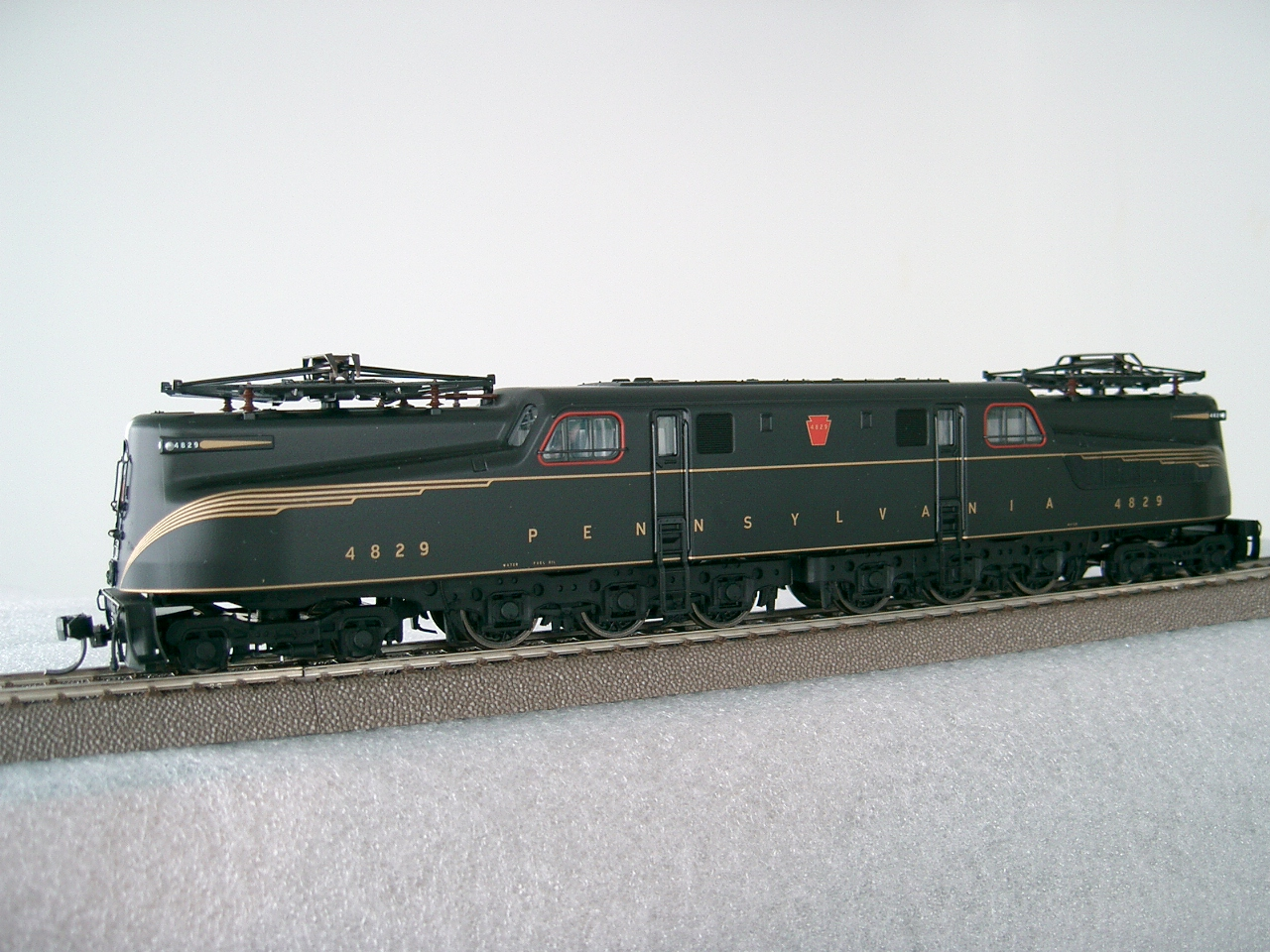 Trix 22811 - PRR class GG-1, Brunswick Green, feathered golden pin-stripes, No.4829, RP 25 wheels.01