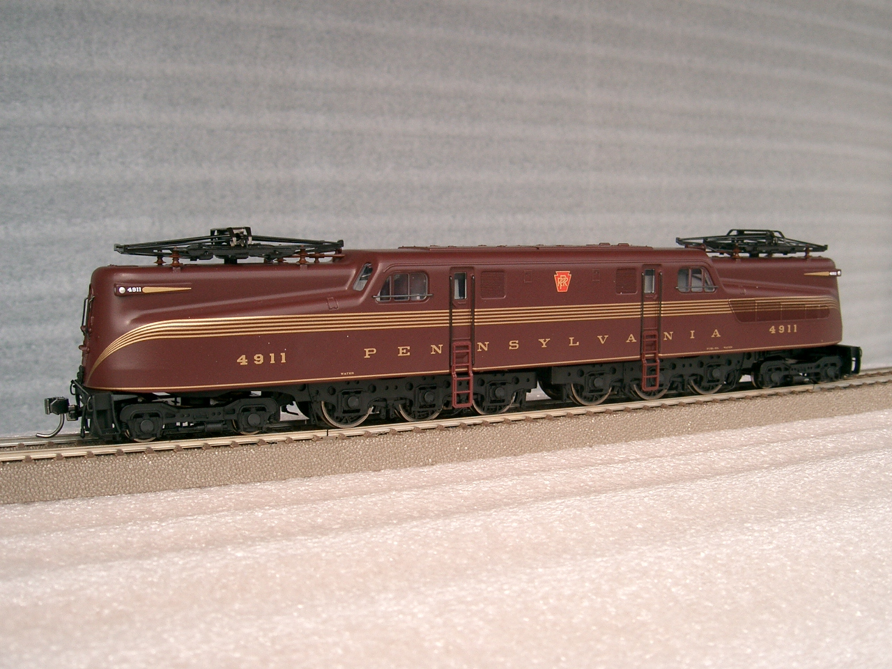 Trix 22812 - PRR class GG-1, Tuscan Red, 5 golden pin-stripes, No.4911, RP 25 wheels.01