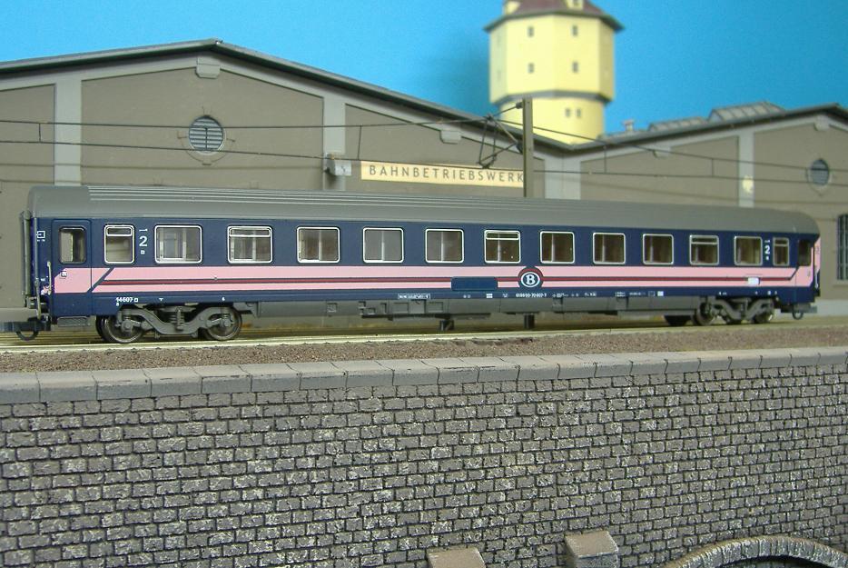 Roco 44646 - Liegewagen der SNCB, blau mit rosa Streifen