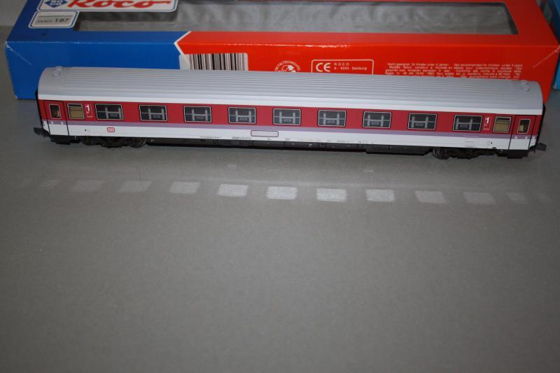 Roco 44790 - Avmz 107.2, IC Farbgebung, 1. Kl. Abteilwagen, DRUCKERTUECHTIGT, Rueckleuchten an Ecken, Dach grau, GROSSE Dachluefter