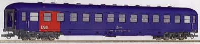roco-44914-liegewagen-mit-schuerze-blau-rotes-feld-links-dsb