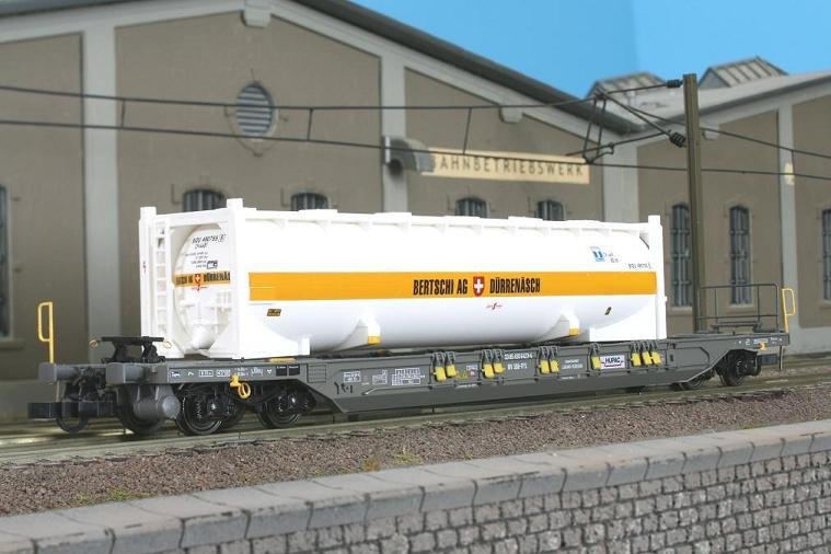 Kombimodell 10388.01 - Vorbauten verlaengert, Y25 Drehgestellen, Bertschi Edition II, mit je einem Bertschi 40' Tank-Container.1