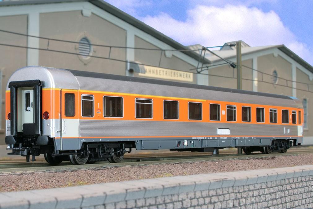 LSM 46011.1 - Prototyp zu EUROFIMA mit gesickten Seitenwaenden, 1.-2. Klasse orange-silber, Ursprungsausfuehrung, Tueren zweifarbig.1