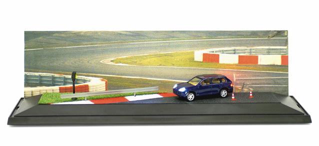 Herpa 461085 - Porsche Cayenne 'Turbo Power auf der Teststrecke' SCENIX EDITION mit Licht und Sound