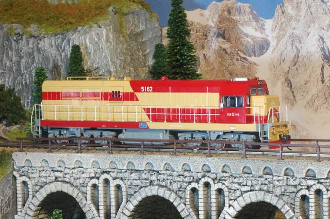 Bachmann CD00705 - DF7G Chinese Diesel Locomotive , rot-beige.1