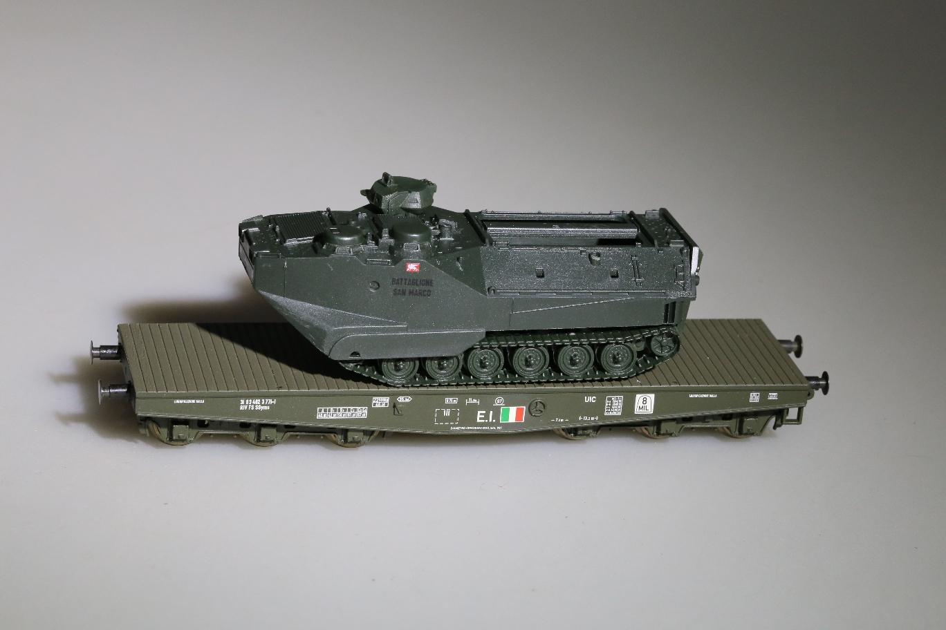 Liliput 221200-2 - FS, 6-achsiger Flachwagen, Ital. Armee, Ladung Landungspanzer (TRIDENT) der ital. Marineinfanterie (auch zu Uebungen in D Nord- und Ostsee).1