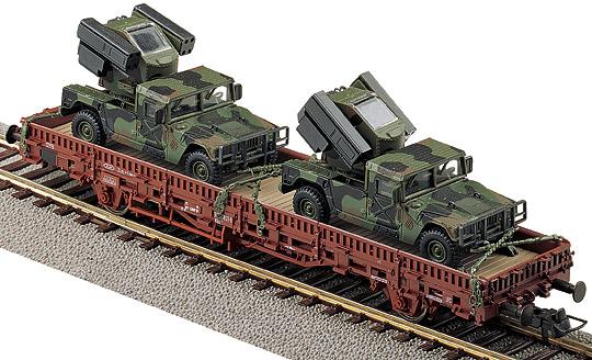 Roco 865 - SOS 2001, Rungenwagen, beladen mit 2 US Avenger (Hummer) Flugabwehrsystemen in Tarnfarbe, USTC